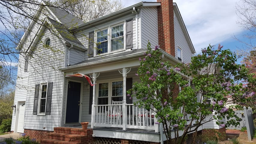 Cozy 2 bedroom with parking. - Fredericksburg - House