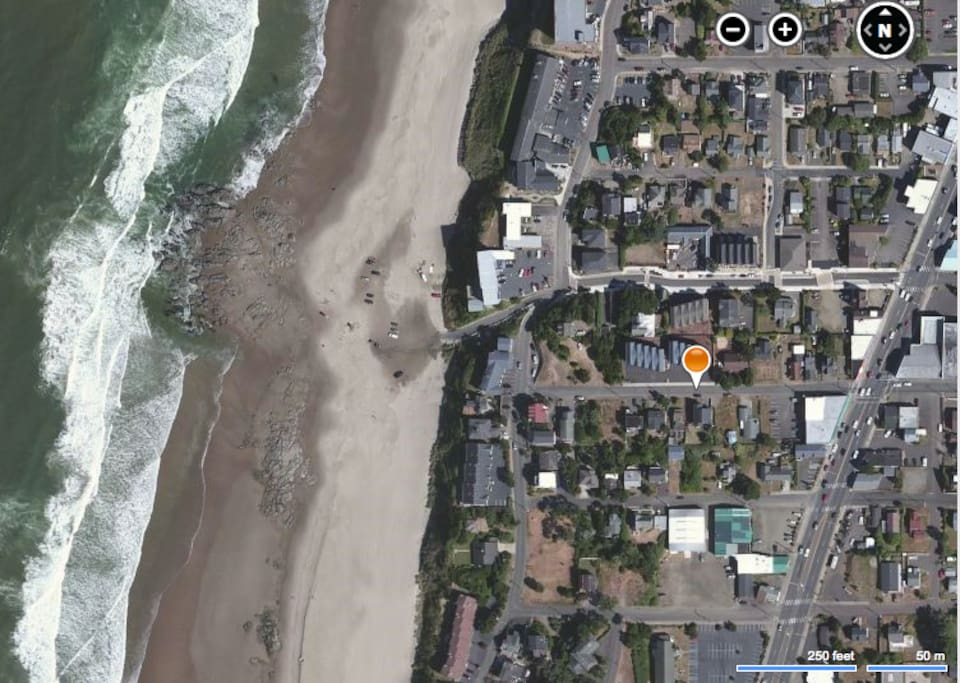 Half a block to Hwy 101 Restaruants and Shops, 1 Block to Easy Beach Access!