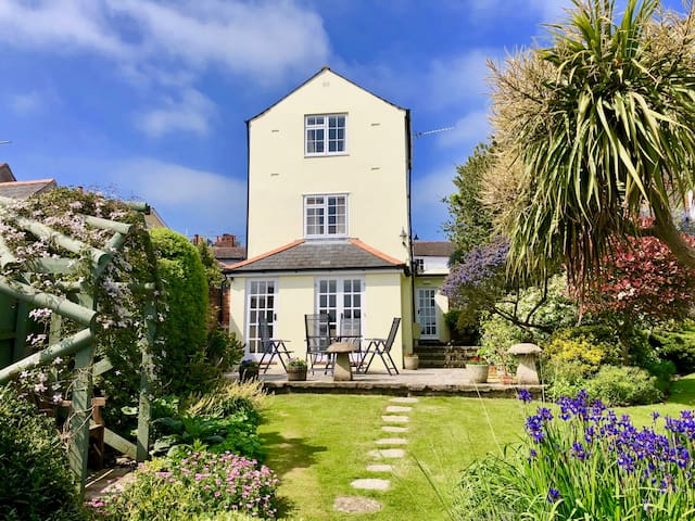 Immaculate Three bed Cowes Cottage Solent Views.