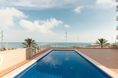 Are you looking scape to the big cities, rest in an amazing place with a beautiful beach and views???? Our apartment is just 10 minuts walking to the station Badalona, perfect for be near to Barcelona and enjoying your holidays in the best way.