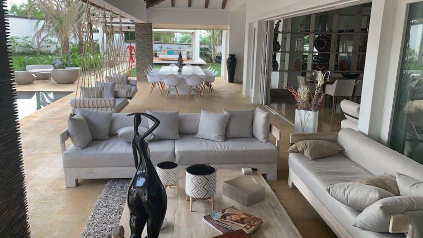 Lujosa y exclusiva casa para alquiler en Cerritos!