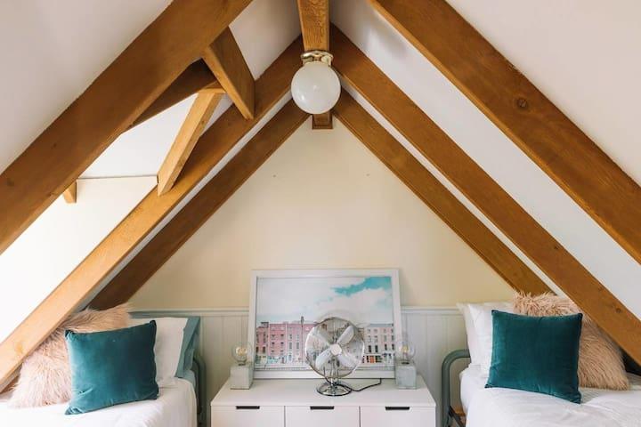 Room 4 - 2 single beds