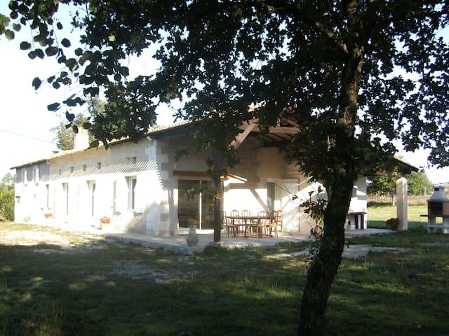 Charmante maison à la campagne - Saint-Christophe-de-Double - Rumah