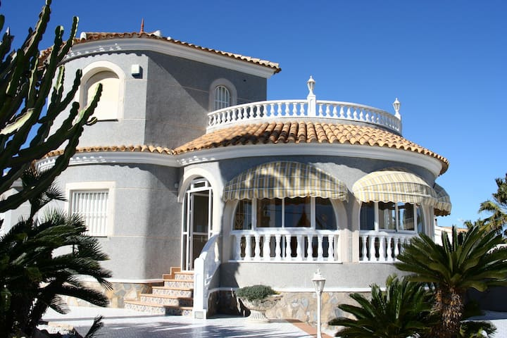 LUXURY VILLA SEA VIEW,30m BEACH,SW.POOL - Torrevieja - วิลล่า