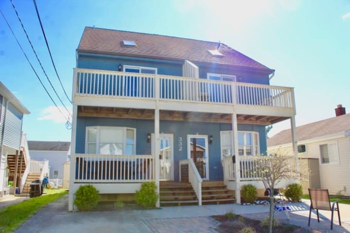 Newly renovated 3Bed/3.5Bath 1 block from Beach!