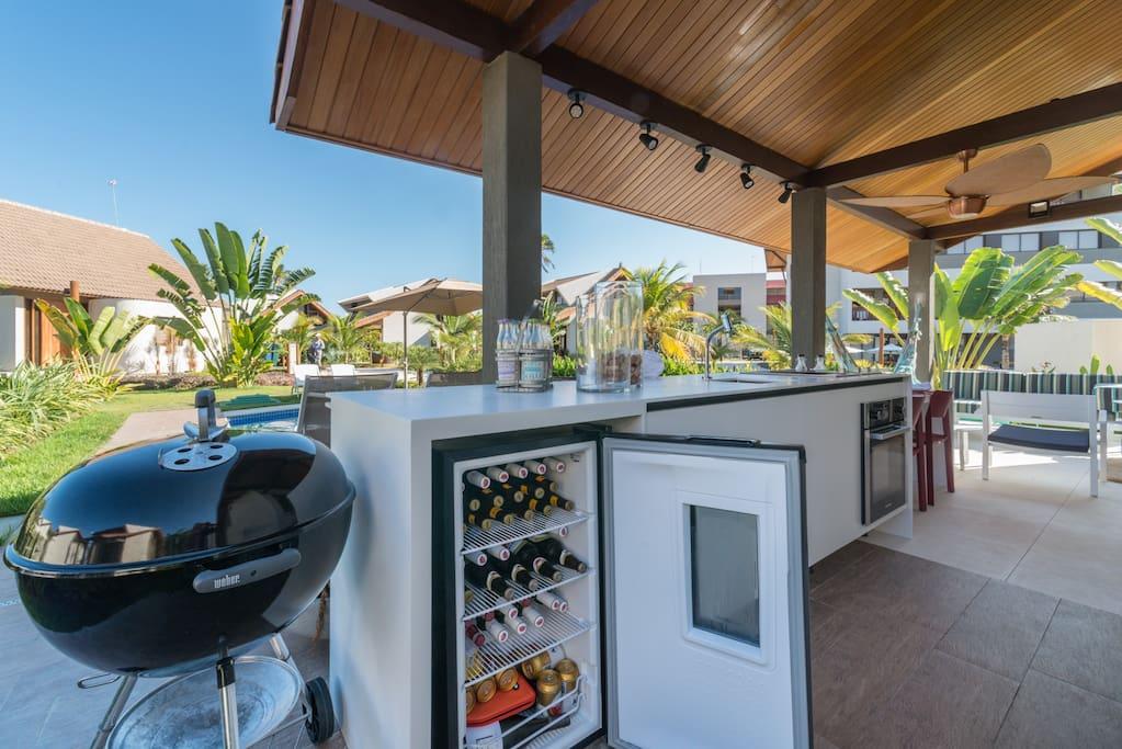 Área externa com churrasqueira, forno e cervejeira