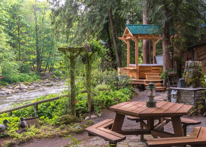 Whimiscal and charming Dream Catcher Cabin on the river, hot tub, fireplace, dog-friendly
