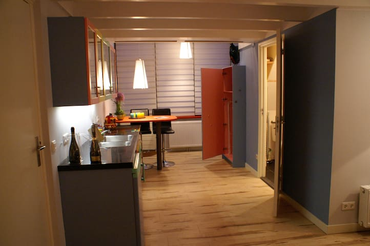 Keukenblok met badkamerdeur rechts