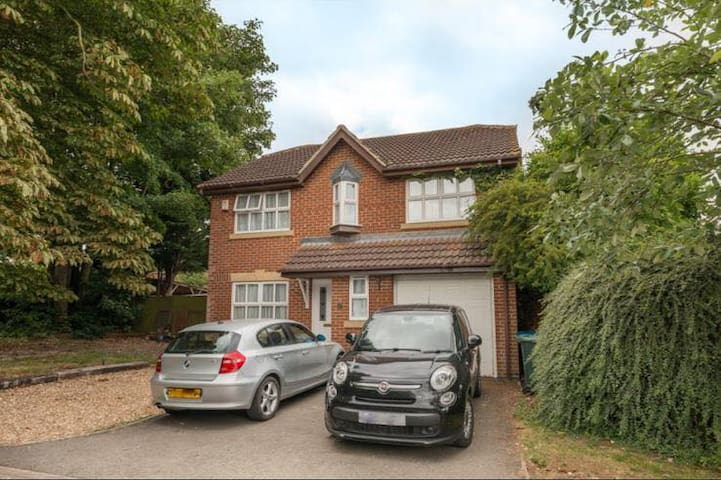 4 Bed DETACHED House - 5 min's to Bicester Village