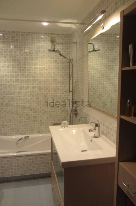 2 baños completos en la casa como este.