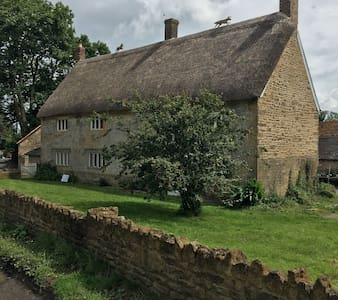 Castle Farmhouse Cottage Postcode: BA22 7HA - South Cadbury, Yeovil - House