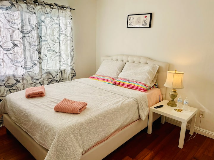 Bright private room/TV/Q bed/sanitized/shared bath