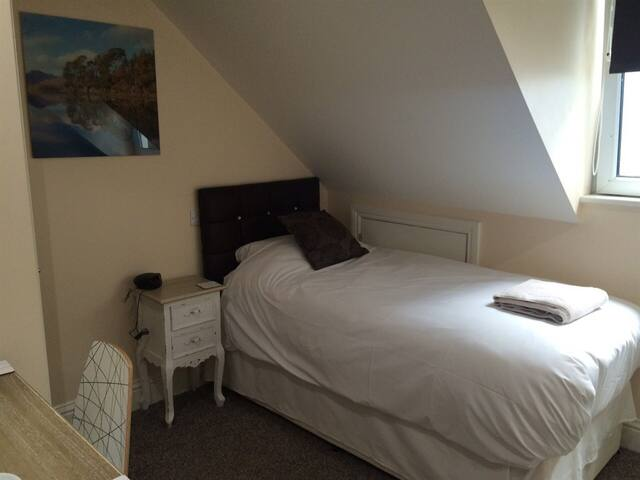 Queen Phillippa B&B - Single Room Deluxe En-suite