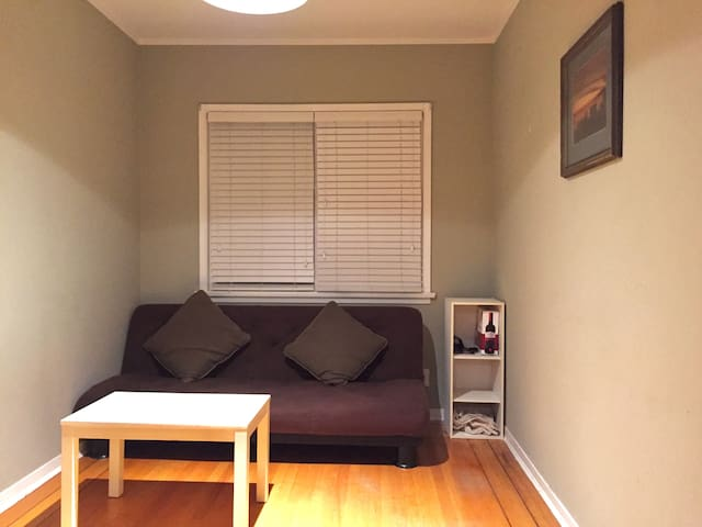 Comfortable sofa bed!!! - Vancouver - House