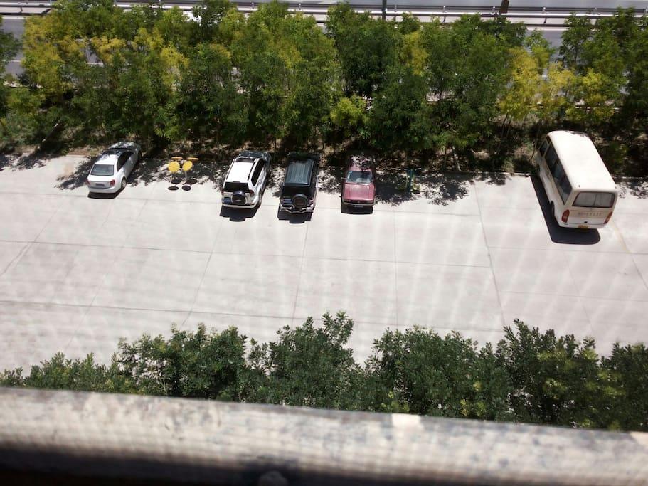 楼下停车场
