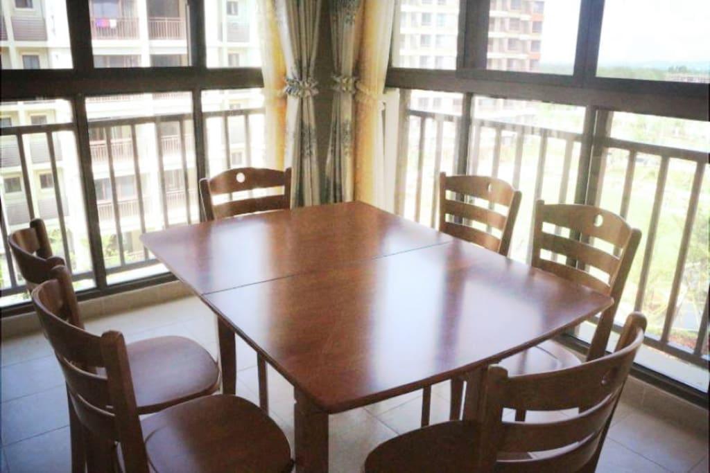 阳台采光充足,所以我们把餐桌放在这里,一遍吃饭一边看着窗外的景色也不错。