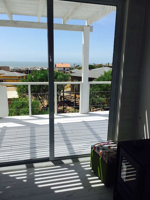vista abierta al mar. amplio deck en primer piso con semisombra