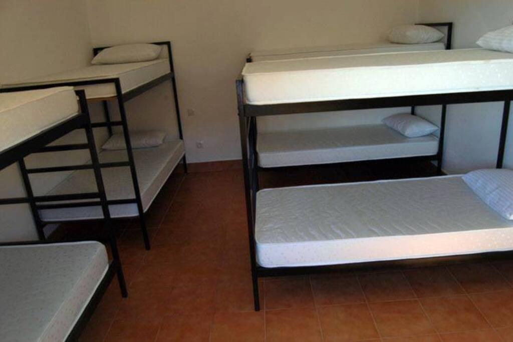 Dormitorio grande con literas