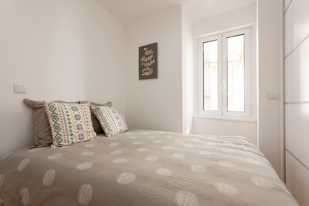 une chambre avec placard