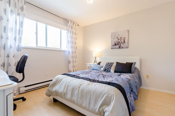 Clean bright bedroom-Walk to shops