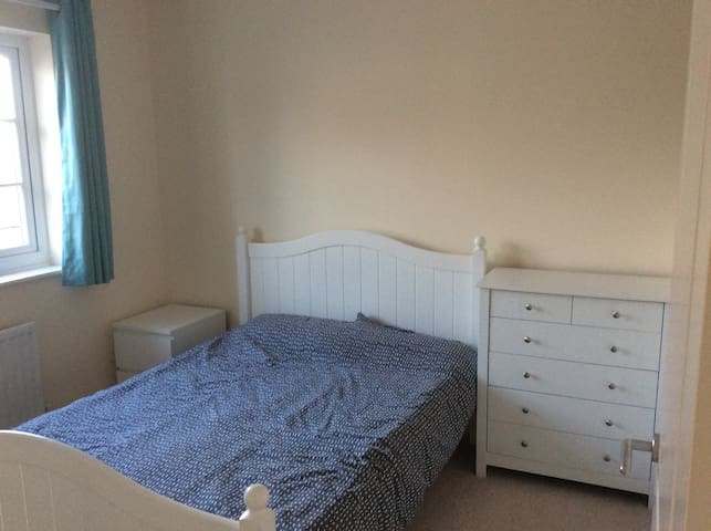 Modern cosy double bed with private bathroom - Caldicot