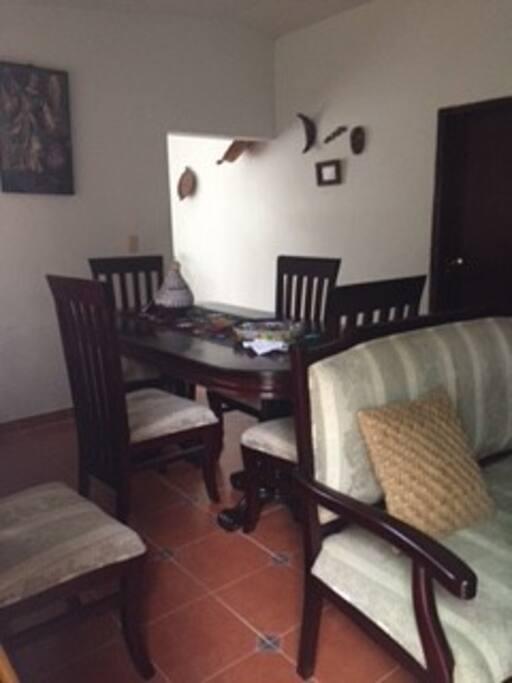 la sala comedor es de madera de cedro en muy buen estado