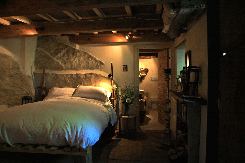 Luxury Cave, La Grotta  di San Francesco......in our 900 year old house in the Centro Storico, bathroom en-suite & private entrance from the garden     con ingresso privato dal giardino e con bagno privato (en-suite)