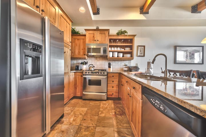 Fully Equipped Kitchen with Granite Counters and Stainless Steel Appliances