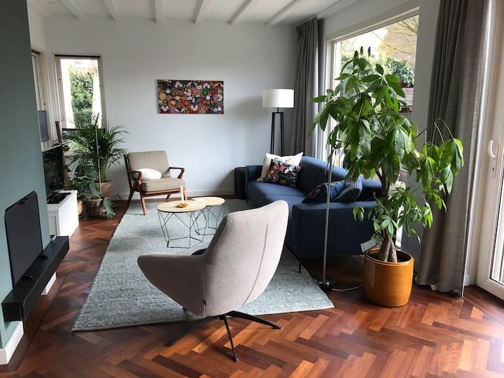 Huis met grote tuin, zwembad & sauna: toplocatie!