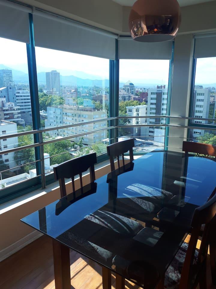 Vista desde la mesa en el living comedor. Mesa para 6 personas