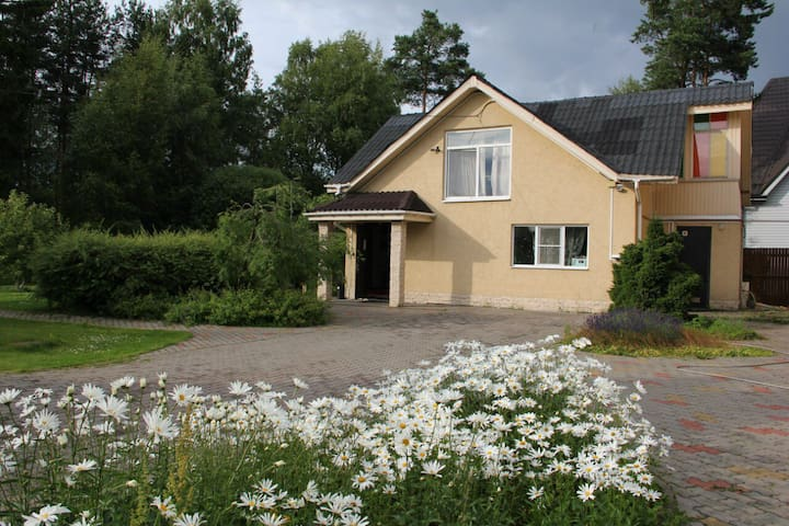 Cosy house in 15 km from St-Petersb - Levashovo - Huis