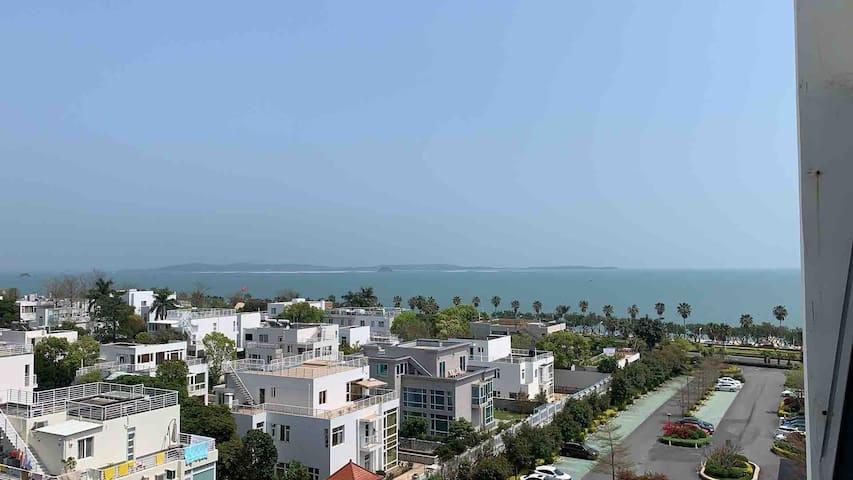 阳台窗户外面看出去的海景实拍。步行过个马路3分钟就到海滩。