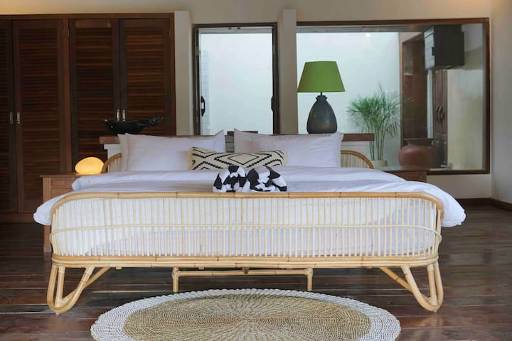 200*200cm king-size bed, we also provide swimming towels and bath towels