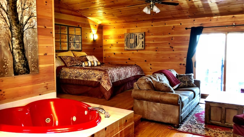 RELAX in Private, Wooded Honeymoon Cabin w/Hot Tub