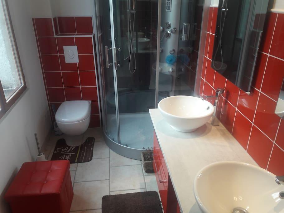 chambre d'hôtes (anges de lumière) salle de bain) douche toilettes lavabo double vasque