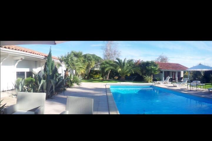 Maison au calme avec piscine (wifi)