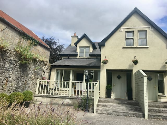 Elegant Townhouse steps from historic Birr Castle