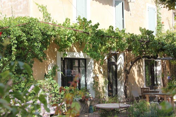 chambre privée dans Mas du XVIIème, charme assuré - Robion - Hus
