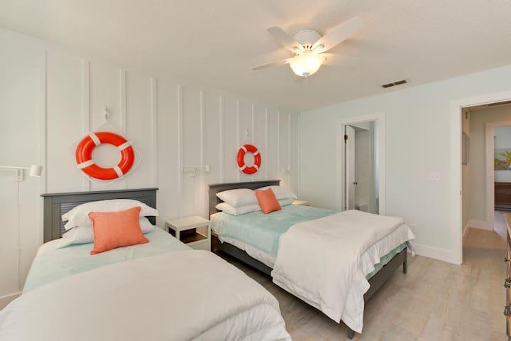 ★Luxe Beach home 1.5 blocks to ocean Super clean!★