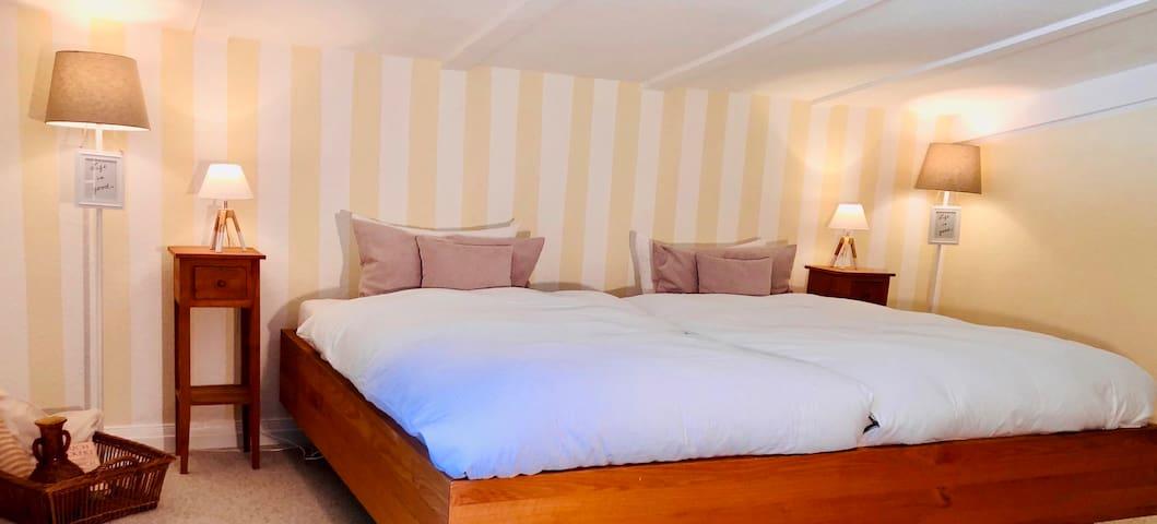 Schlafzimmer mit Master-Kingsize-Bett