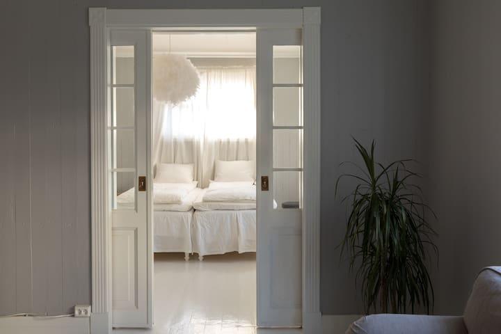 Skyvedører fra stue til soverom. Her er det to enkle senger, 90x200, samt to gjestesenger 80x200 cm.