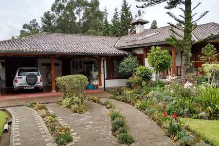 Habitación privada en casa Rústica - Sangolquí - Villa