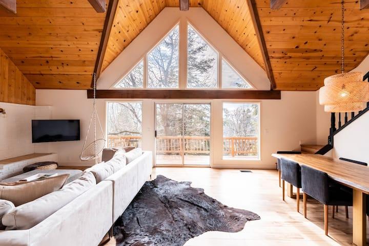 """The Mountain House"" bright, luxury designer cabin"