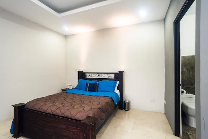 Private room- wifi - hot water - 2 mi from airport
