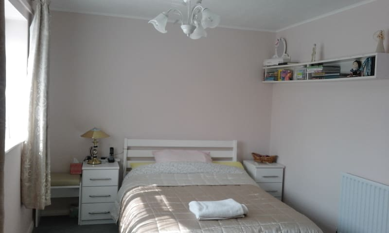 a  sunny spacious double bedroom - Salisbury - Rumah