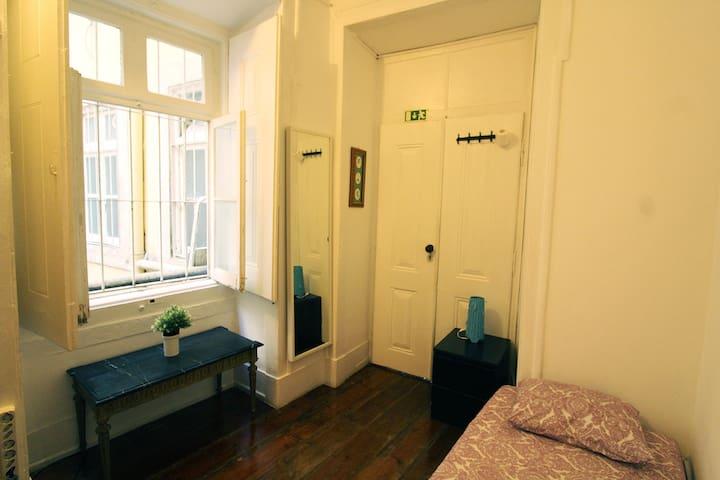 NEW Room 6 in big flat in Camões/Baixa-Chiado