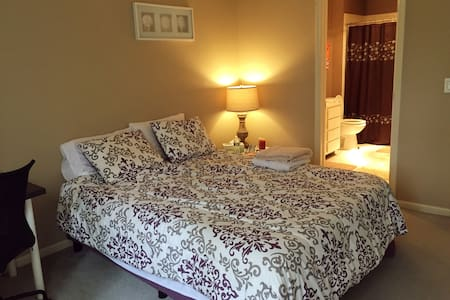 Cozy bedroom with private bath inside your room! - Bedminster Township - Townhouse
