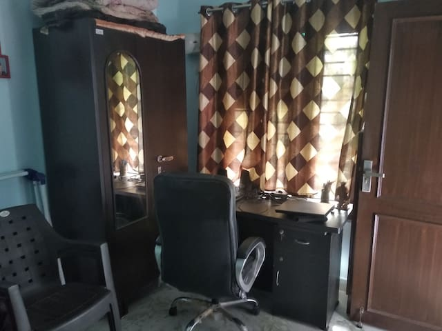 1 room near jnkpuri east mtro stn. near airport