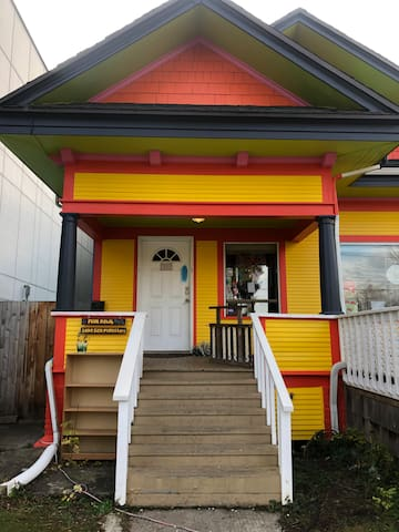 Vibrant & cheerful dwelling in central SE Portland