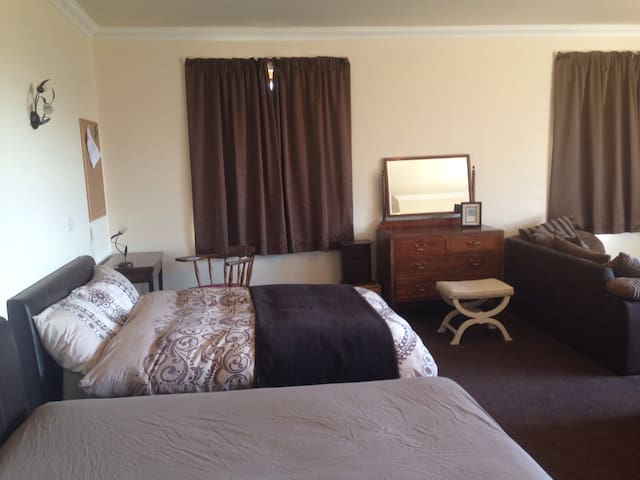 Private Room within a Beautiful Family Home - Highland - Huis